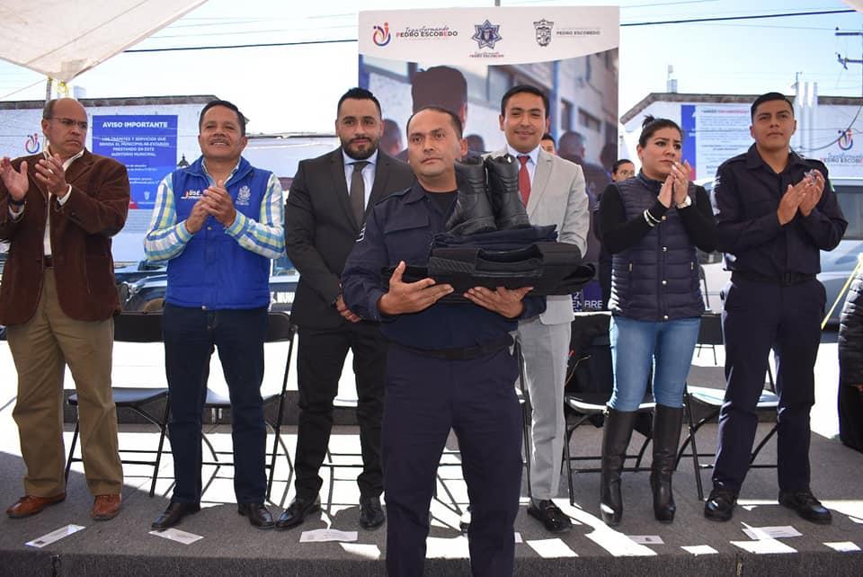 ENTREGA ALCALDE EQUIPAMIENTO Y VEHÍCULOS A POLICIAS DE PEDRO ESCOBEDO